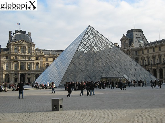 Paris - Piramide del Louvre