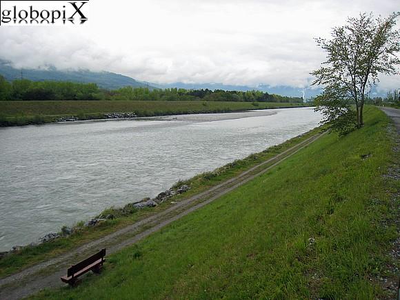Vaduz - il fiume reno nel liechtenstein