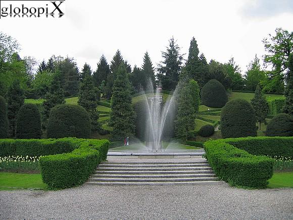Foto varese fontana nei giardini estensi globopix for Laghetti nei giardini