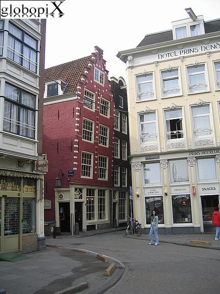 Foto amsterdam casa inclinata globopix for Hotel amsterdam stazione