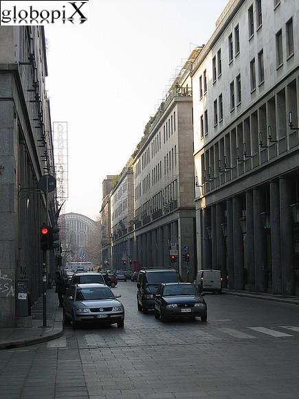 Foto torino via roma con porta nuova sullo sfondo globopix - Pullman torino porta nuova caselle orari ...