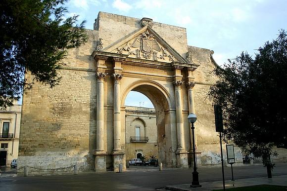 Porta Napoli, una delle antiche porte di accesso alla città di Lecce